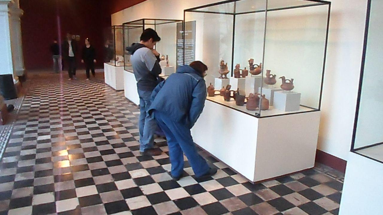 Otras personas antes de la ceremonia se dedicaban a observar bellas cerámicas en el Museo Nacional de Arqueología, Antropología e Historia del Perú. Para mayor información ingresa a: http://quetalpueblo.wordpress.com/  Créditos: Fiorella Sofia Gallegos Pereyra