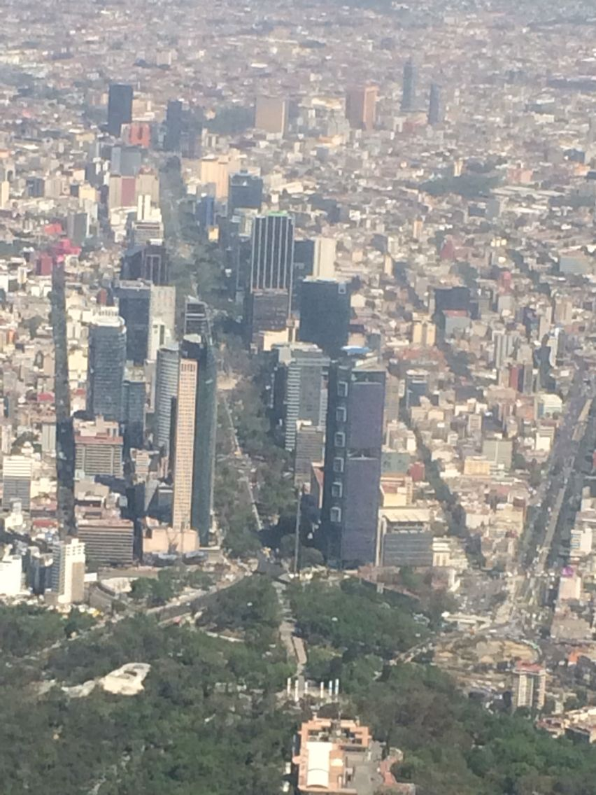Aeroméxico 405 descending over Bosque de Chapultepec and the heart of Mexico…