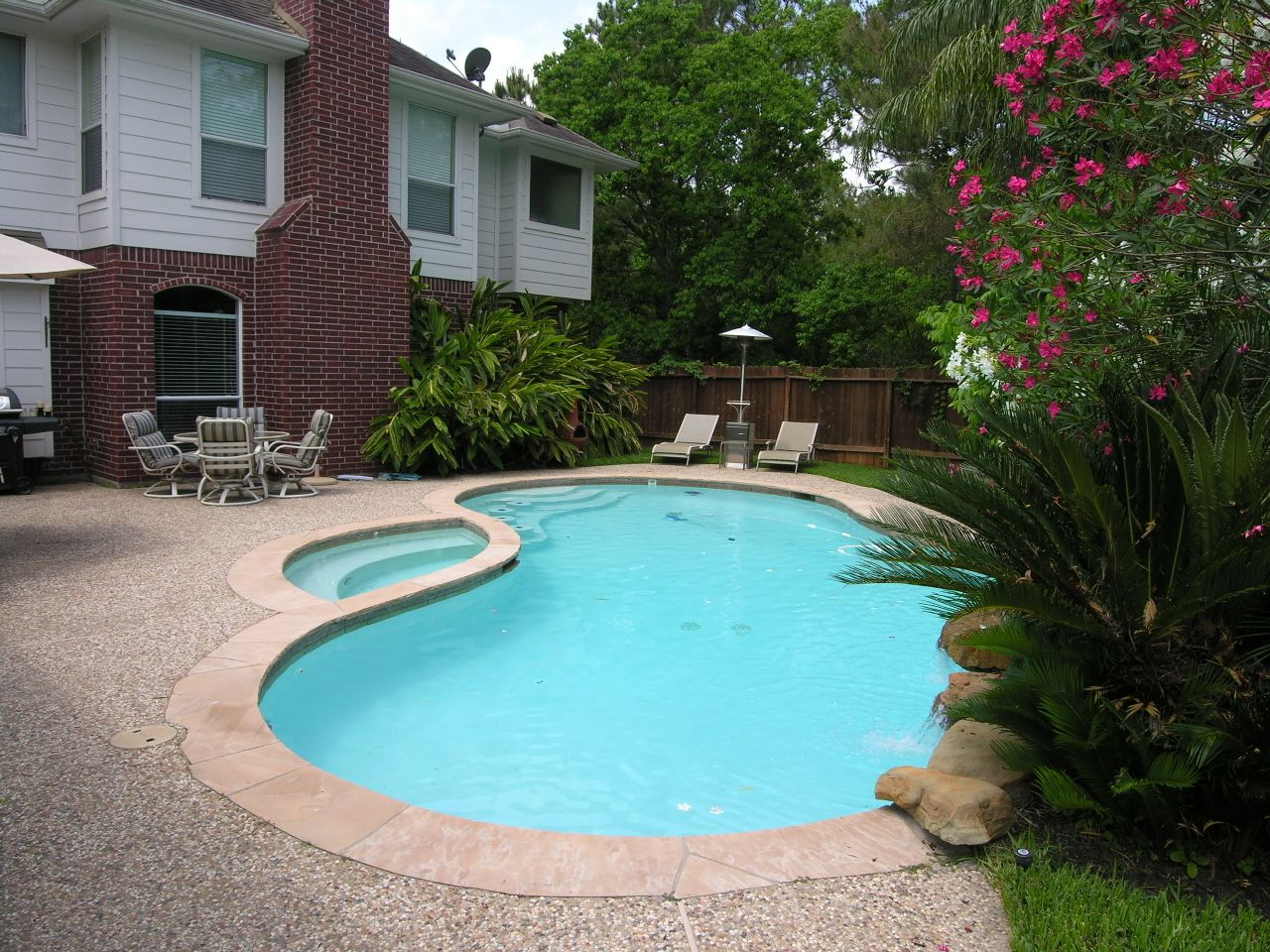 Simple Backyard Pool With Jacuzzi Great Place For Kids And Adults In Secluded Private Pool Backyard Backyard Patio Backyard Pool