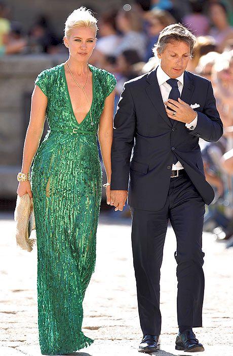 valeria mazza, resplandeciente con un vestido de paillettes verde