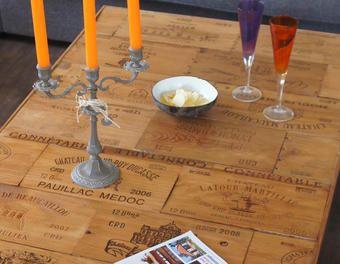 Une Table De Salon Avec Des Façades De Caisses De Vin