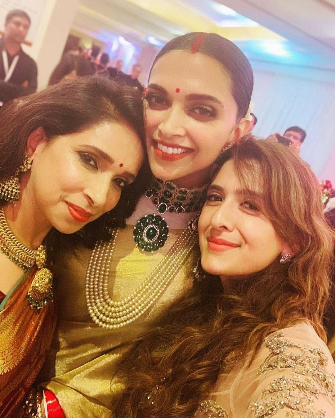 Deepveer Deepika Padukone With Her Mother At Her Wedding Reception Bangalore Bollywood Celebrities Deepika Padukone Deepika Ranveer