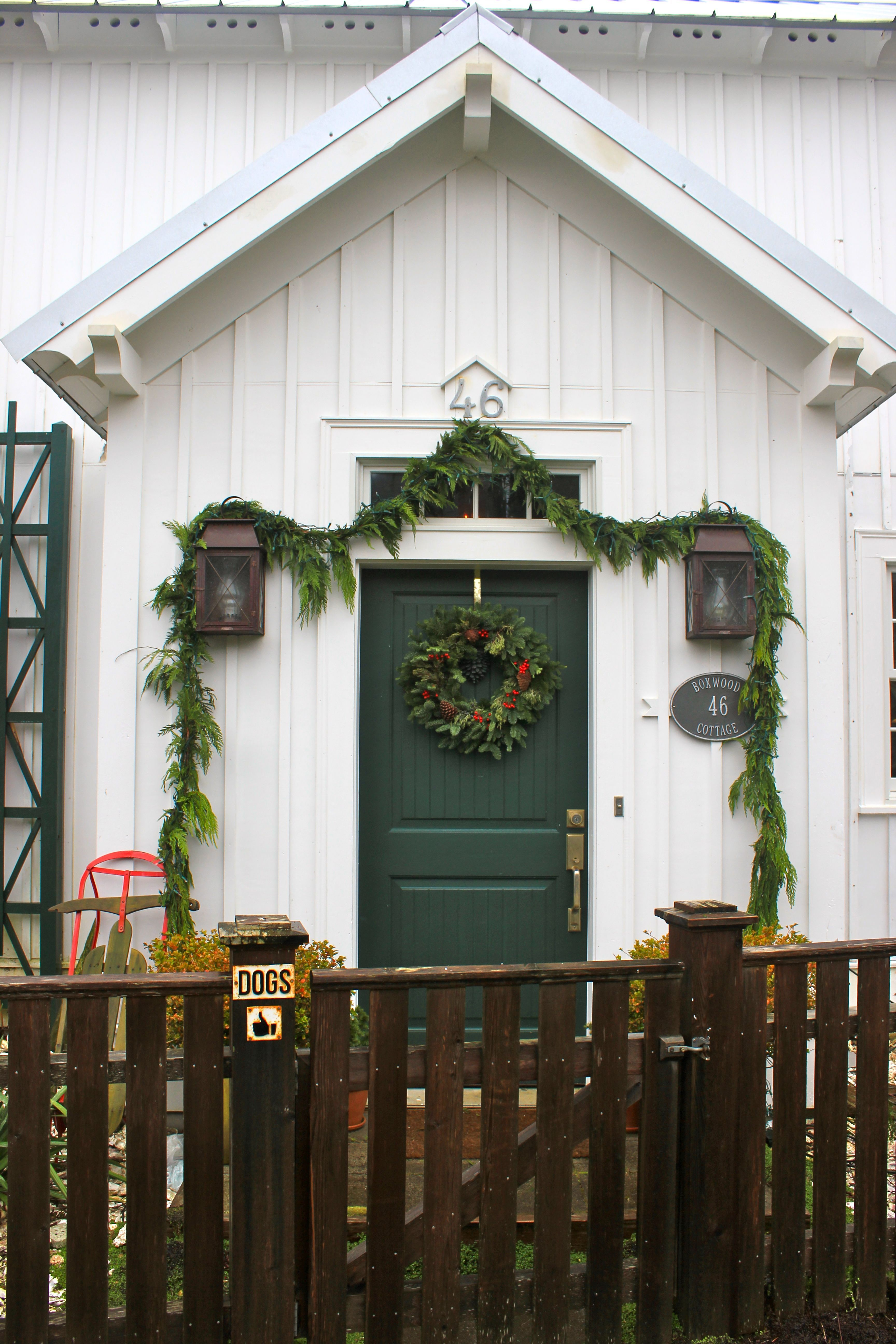 White dark green door beach house exterior paint and trim ideas garland christmas sled - White house green trim ...