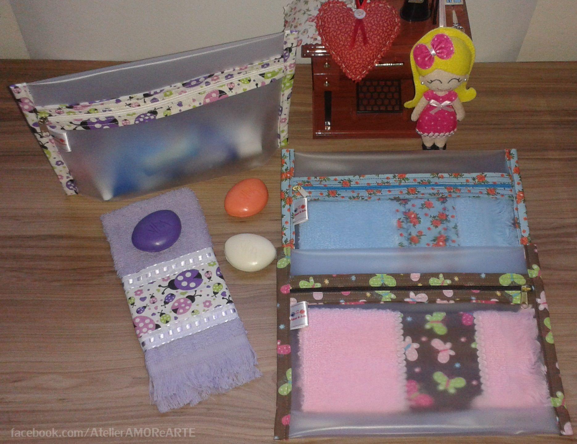 41b18b18ec09a Kit Necessaire de Plástico + Toalhinha Necessaire de Plástico   Confeccionada em vinil translucido