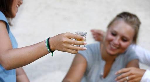 ¿Cómo evitar el consumo de alcohol entremenores?