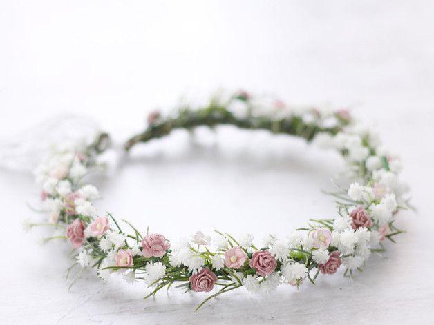 Una ghirlanda floreale romantica ed elegante con bellissimi fiori.