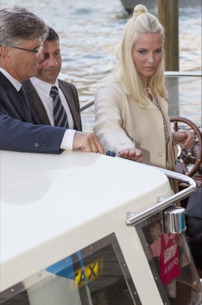 Queens & Princesses - In the evening, the Princess attended a reception in a palace in Venice.