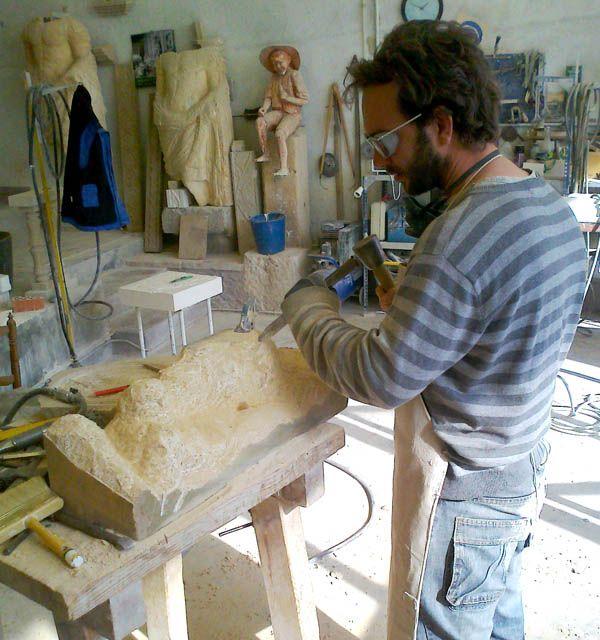 Pablo Costilludo en su taller. El artista toledano aplicando la técnica en talla durante el proceso de una de sus obras, la he elegido como muestra del inicio del proceso.