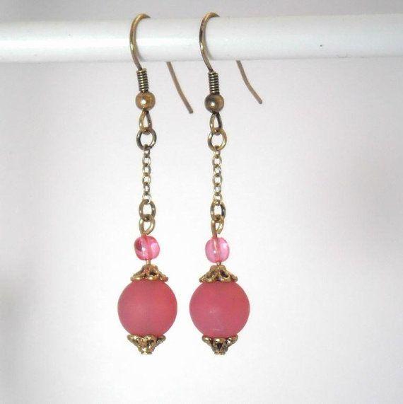 Boucles d'oreille en perles de verre mat rose vif par kalaniparis