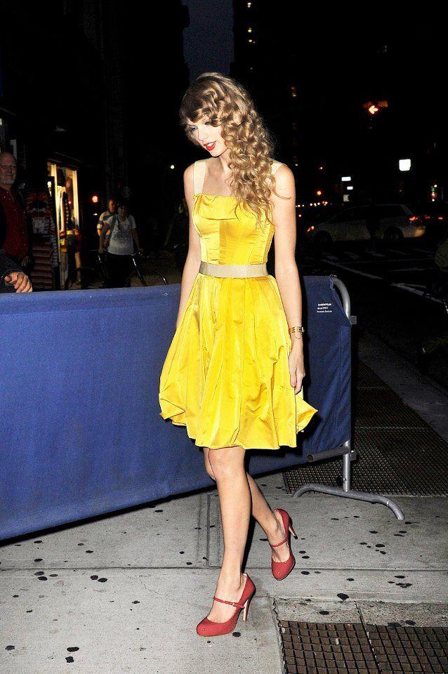 3a57a31e86dd Taylor Swift s cute yellow dress  )