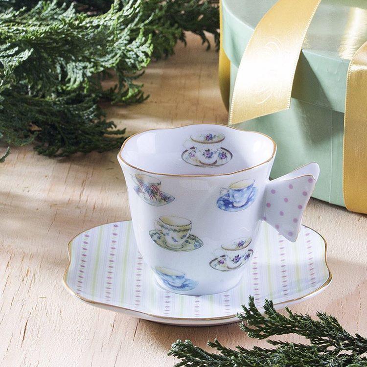 """Celso Kamura no Instagram: """"Pensando no Natal, @taniabulhoes lança uma coleção de porcelana para alegrar a rotina. Intitulada """"Xicrinhas"""", ela conta com set de xícaras e pratos, louça perfeita para momentos de descontração com os amigos. Uma ótima sugestão para presentear pessoas especiais! #taniabulhoes #natal #decor #porcelana"""""""