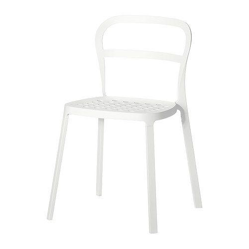 REIDAR 실내외의자 IKEA 알루미늄 의자로 일년 내내 야외에서 사용할 수 있습니다. 시트에 구멍이 뚫려 있어서 빗물이 고이지 않습니다. 의자를 포개둘 수 있어서 보관할 때 공간을 많이 차지하지 않습니다.