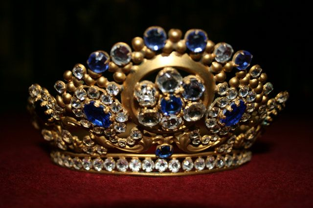 Tiara, Crown   Wonderfull French Tiara, Crown  Antique crown french, gilt brass with stones glass colored.Circa 1880. Measures H 6.5 cm, diameter top 15 cm, diameter bottom 13.5 cm.  PRICE EURO 550.--
