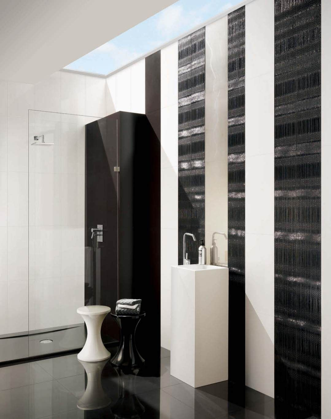 preto brilho marfim espelhomiror split preto cromatica jet bathroom design black and white classy available at our showroom lebanon - Bathroom Designs Lebanon