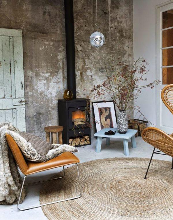 Mooie industriële woonkamer met een vrijstaande houtkachel ...