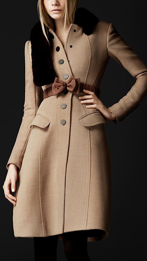 Burberry - MANTEAU AJUSTÉ EN CRÊPE DE LAINE. Burberry - MANTEAU AJUSTÉ EN  CRÊPE DE LAINE Mode Femme Fashion, Vêtements ... 71c20f4919b