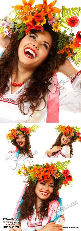 Украинская девушка в вышиванке с венком на голове ...