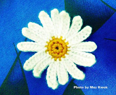 crochet big daisy applique and small daisy too. Free pattern!