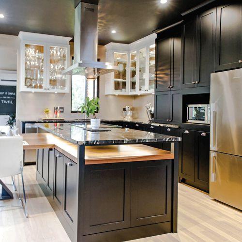 sous ses allures classiques cette cuisine redouble d 39 audace elle rev t des portes d 39 armoires. Black Bedroom Furniture Sets. Home Design Ideas