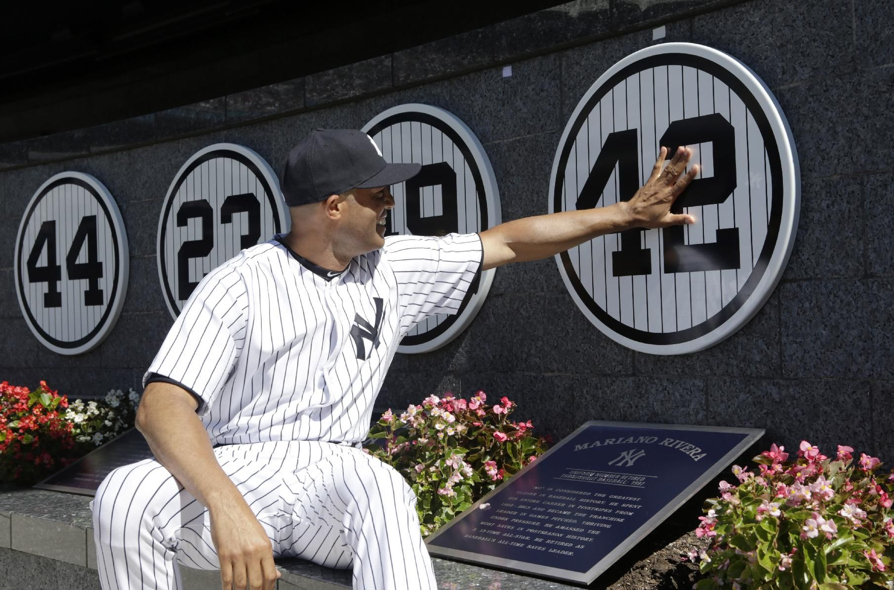 New York Yankees Relief Pitcher Mariano Rivera Touches His Plaque In Monument Park As He Is Honored In A Pregame Yankees Retired Numbers Yankees Monument Park