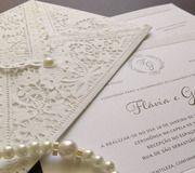Convite rendado com monograma e papel empastado - AboutLove