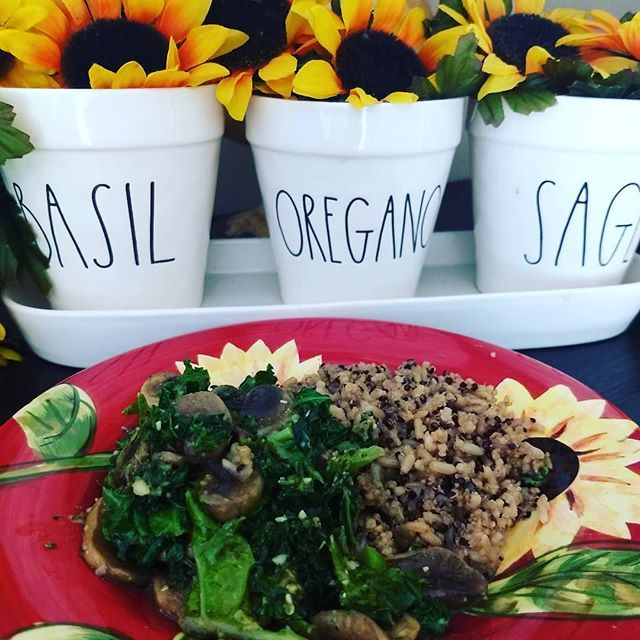 One of my favorite go-to lunches!! 90 second microwave brown rice with Chia seeds and sauteed mushrooms with kale in a basil pesto sauce. I make my pesto in large batches so I can just use it throughout the week!! 🥔🥕🥒🍄🥑🍠🍆🌽🥦🥔🥕🥒🍄🥑🍠