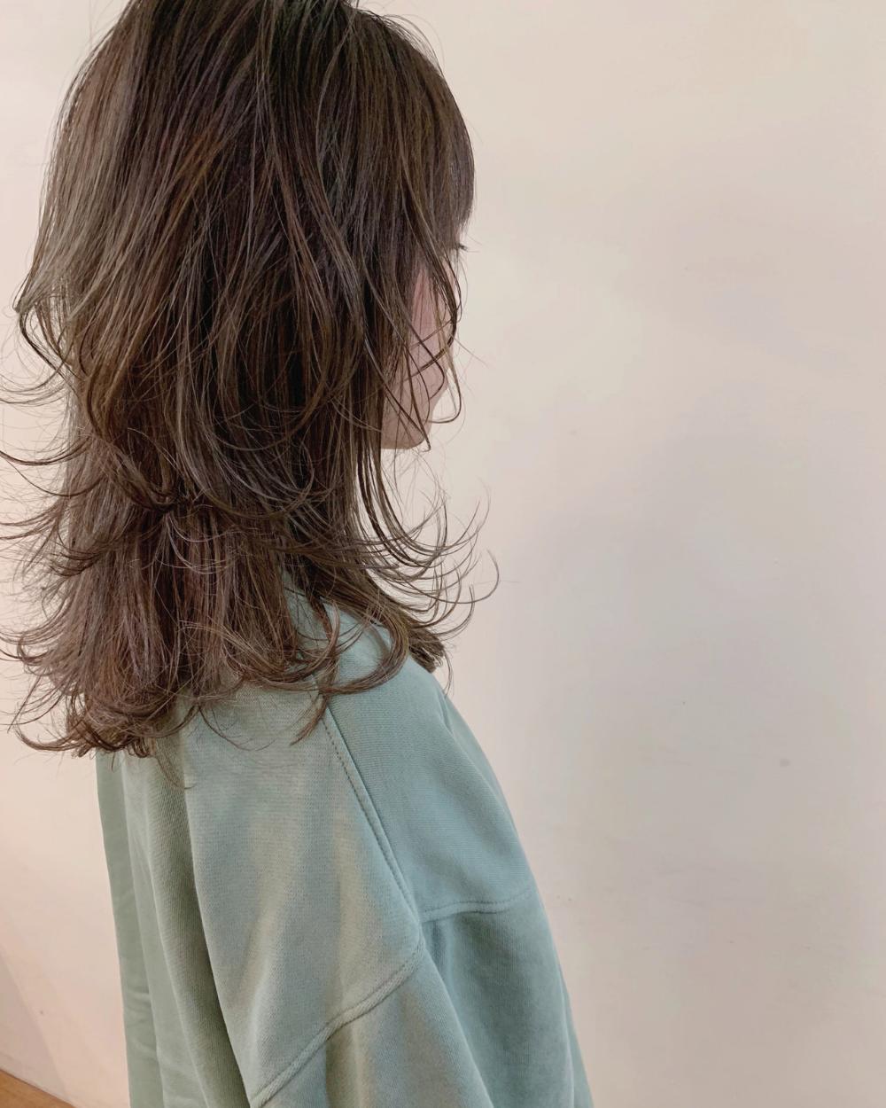 旬のウルフパーマが人気 大人女子のおしゃれを独り占めしよ Hair レイヤーカット ロング ヘアカット ロング レイヤーカットヘア