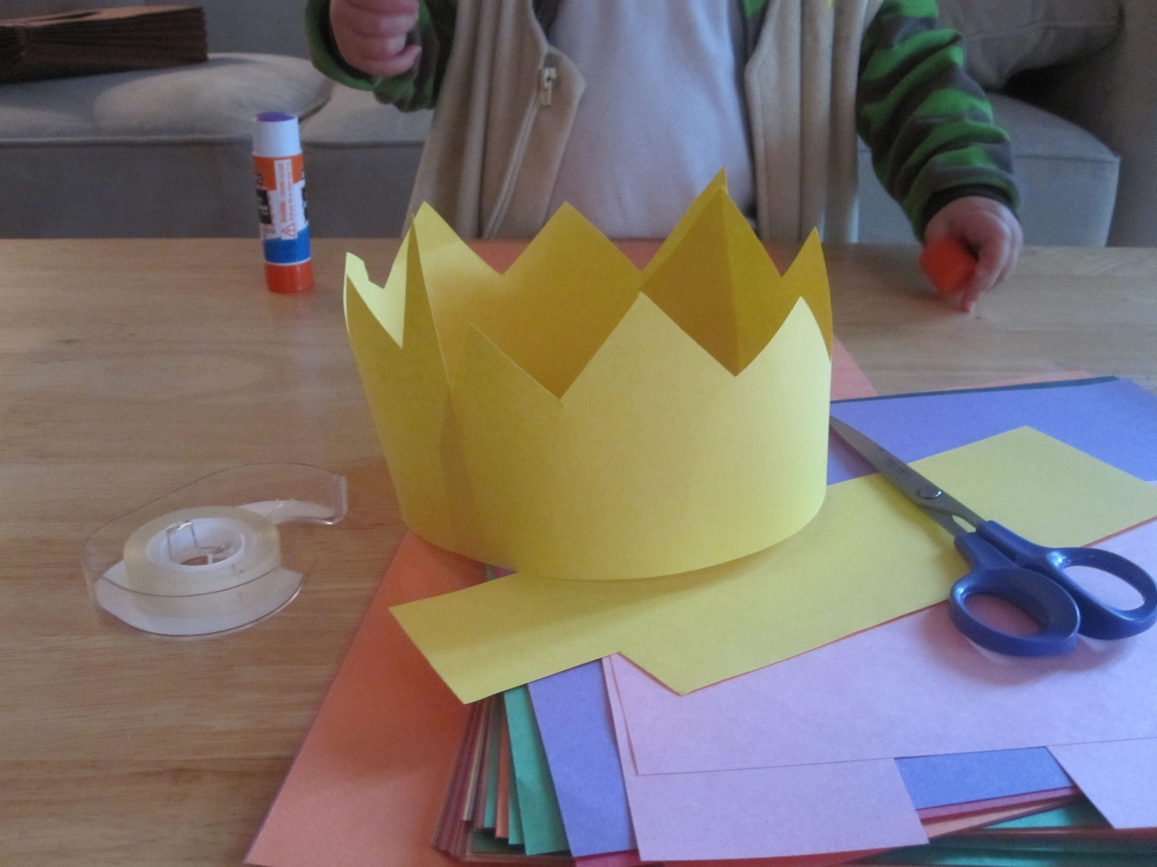 construction paper crowns i would buy some jewels to put on kid crafts paper crowns easy. Black Bedroom Furniture Sets. Home Design Ideas