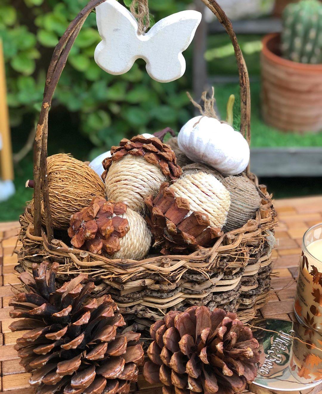 طريقة عمل صنوبر واستخدامه كديكور خريفي جميل في المنزل استخدمي معطرات الاثاث او زيوت عطريه مناسبه زي ر Decorative Wicker Basket Wicker Baskets Decor