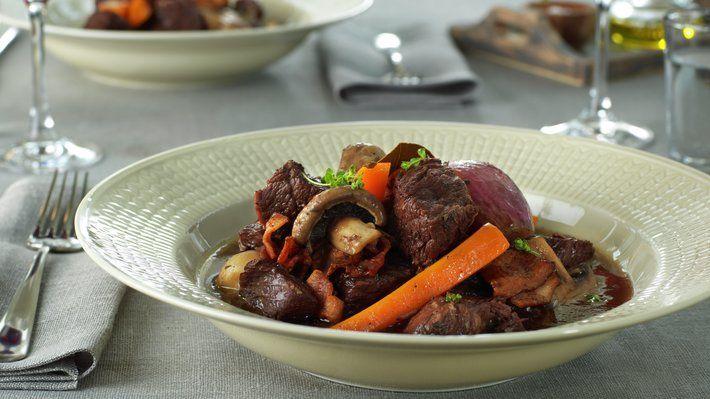 Boeuf Bourguignoner en verdenskjent klassiker fra Frankrike. Dette er kraftfull og velsmakende kjøttgryte som egner seg godt for tilberedning på forhånd og varmes opp før servering - da blir smaken bare enda bedre.