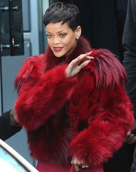 Rihanna portant un superbe manteau de fourrure naturelle rouge ...