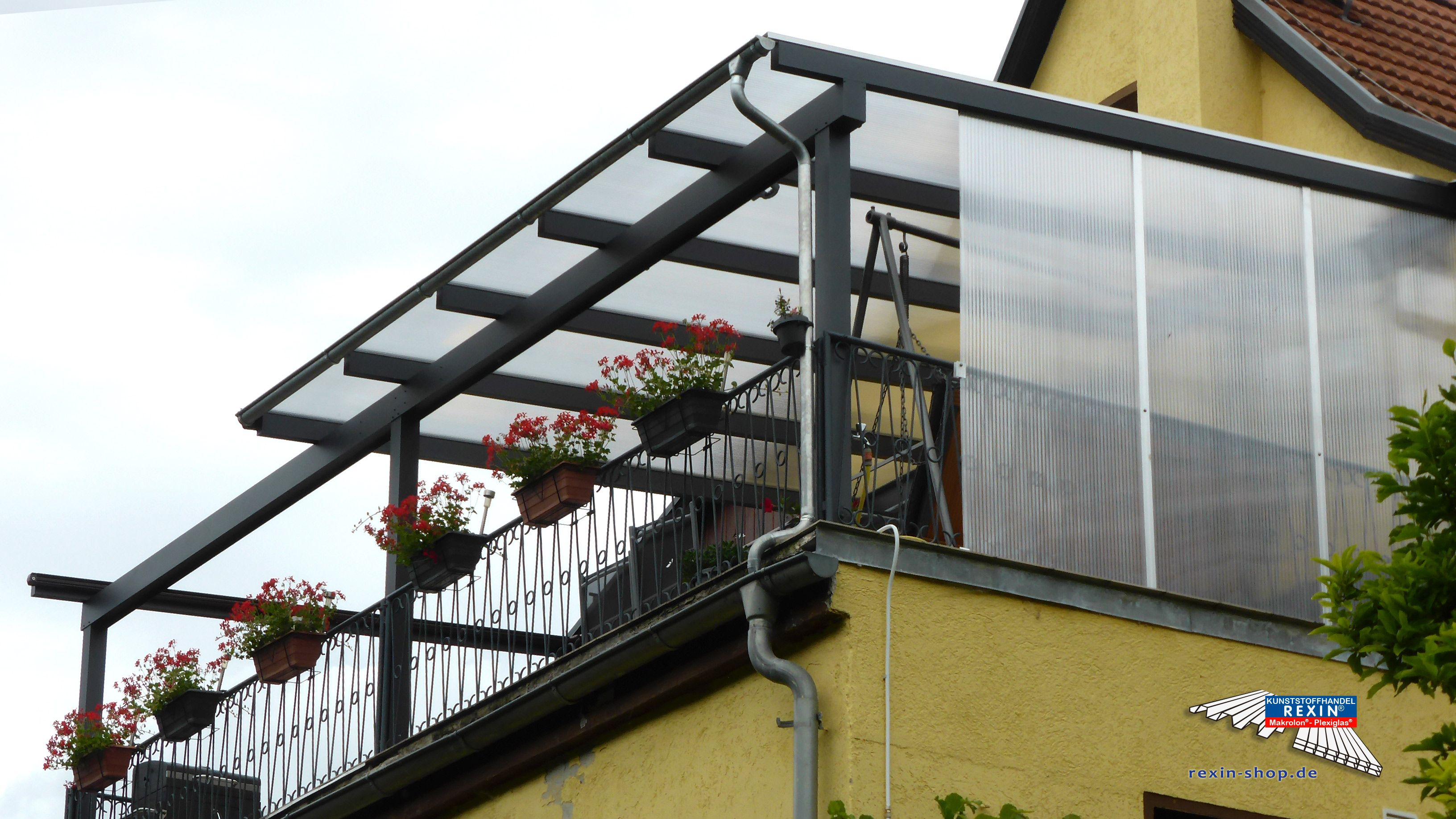 Ein Alu Terrassendach der Marke REXOclassic 8m x 4m in anthrazit