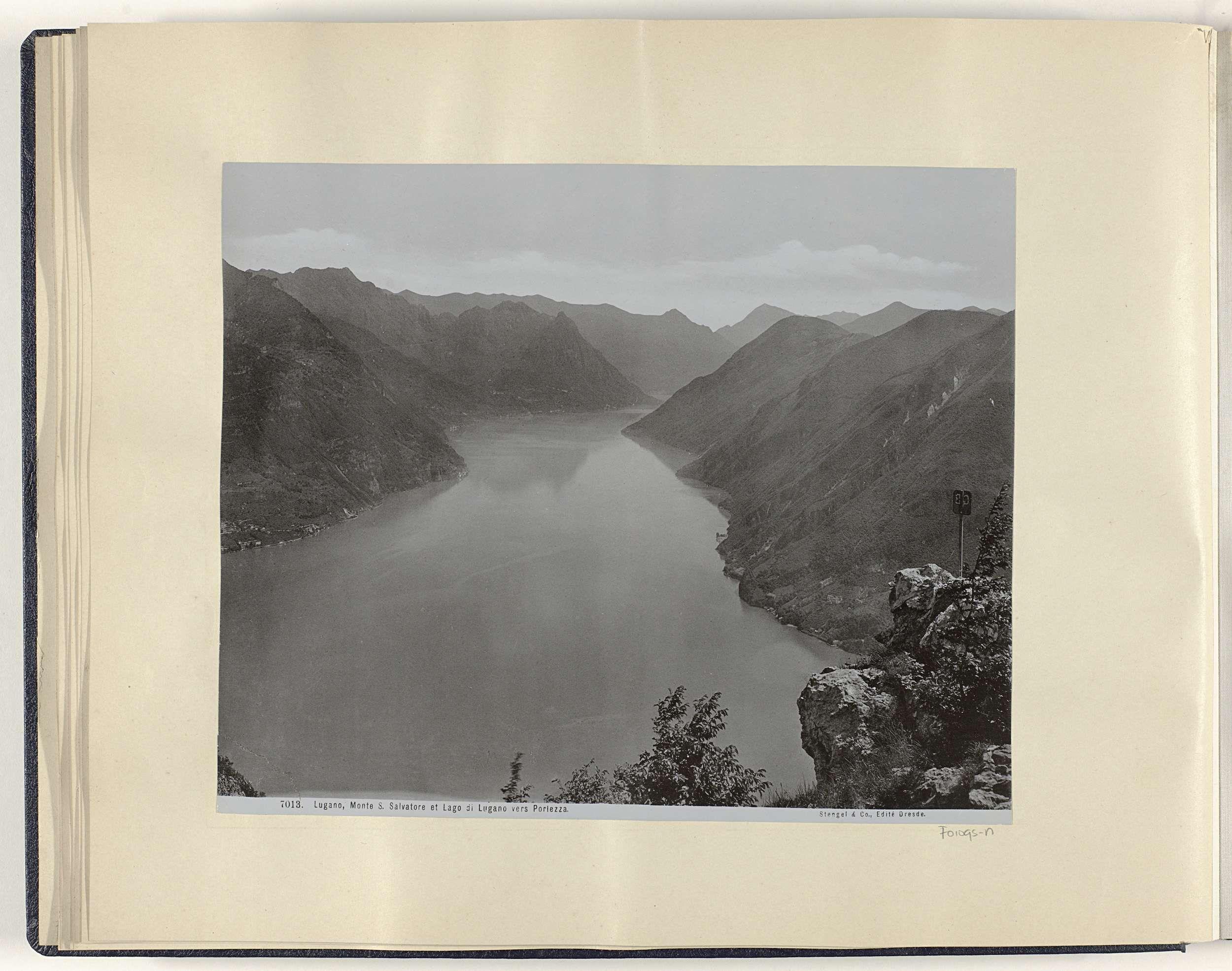 Anonymous | Monte Salvatore en het Meer van Lugano gezien richting Porlezza, Anonymous, Stengel & Co, 1897 | Onderdeel van Reisalbum met foto's van bezienswaardigheden in Italië, Zwitserland en Nederlands-Indië.