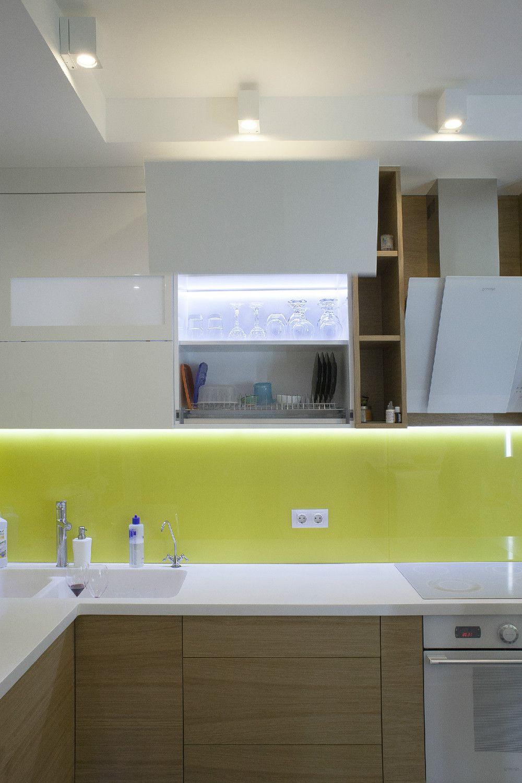 Всички електроуреди са стилно вградени в кухненското обзавеждане, което от своя страна е снабдено с много…