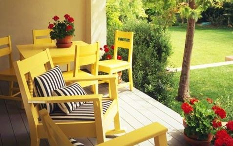 Awesome-10-Decks-Designed-To-Be-Perfect-For-A-Party-with-brown-wall-and-yellow-chairs-and-white-blac-pillow-with-hardwood-flooring-and-flower-with-garden-view-477x300.jpg (477×300)