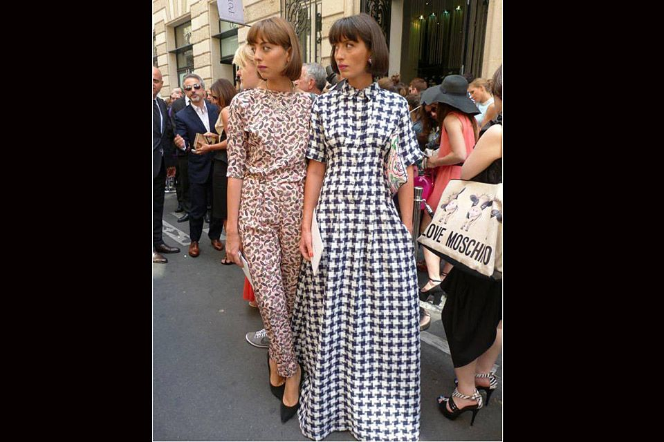 [PARÍS] ¡Full estampa! Tanto para el enterito con búlgaros como para el vestido en pied de poule. Foto:Agustina Garay Schang