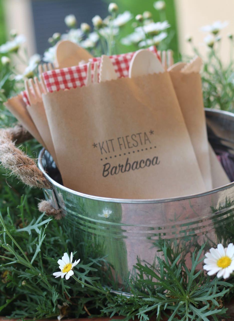 Todo listo para una barbacoa en el jard n con amigos for Decoracion jardin barbacoa
