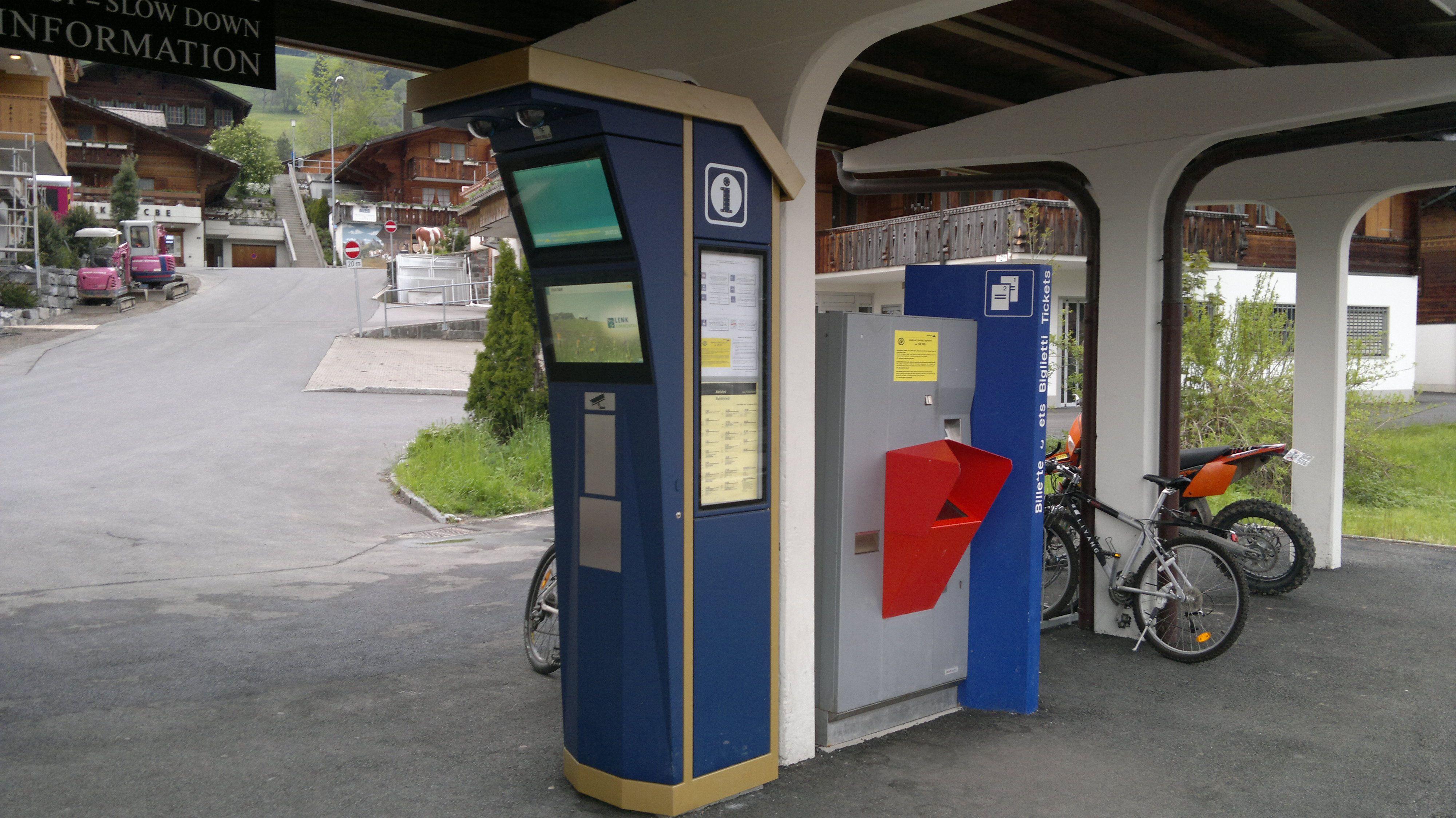 Biglietteria Automatica ed Orario Ferroviario nella Stazione MOB di Schonried
