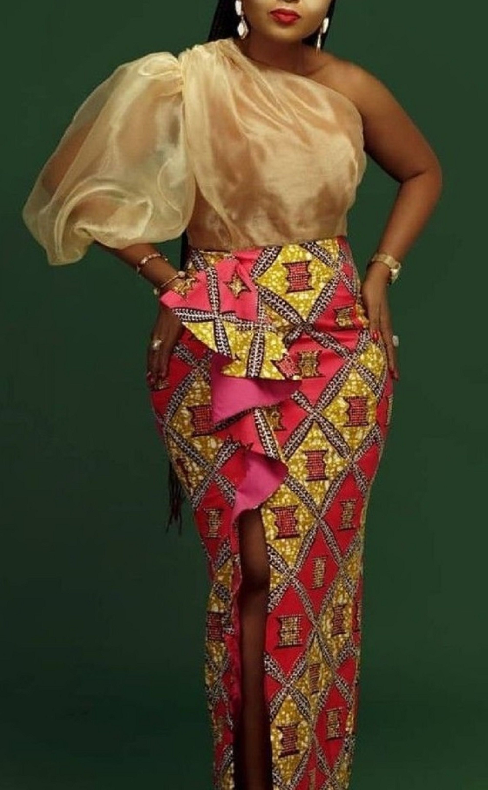 Classic Party Ankara Gown #afrikanischerstil Make a statement and look fabulous with this unique hand made quality Africa wax print. This Item is currently on MADE TO ORDER Production time is around 2 weeks to produce and 3-5 business days to deliver. Shipping is done through DHL express. Sizing: Kindly check our size chart to guide you in selecting a size that fits you best. You can also send the following measurements in order to ensure a perfect fit: Shoulder to shoulder Shoulder to waist Sho #afrikanischerstil