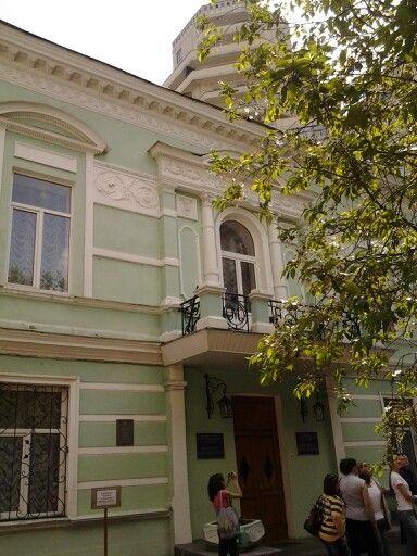 Во дворе армянского посольства....Дом ученых...