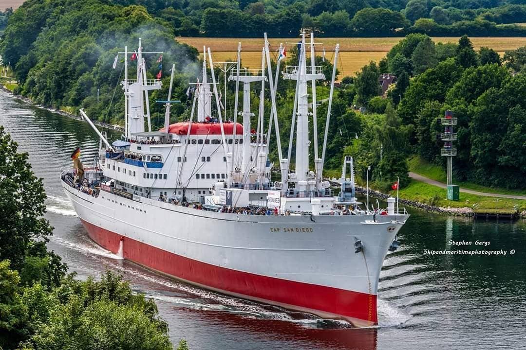 Die Cap San Diego Auf Dem Nord Ostsee Kanal Auf Ihrer Tour Von Hamburg Nach Kiel Aufgenommen Boat Tug Boats Cargo Shipping