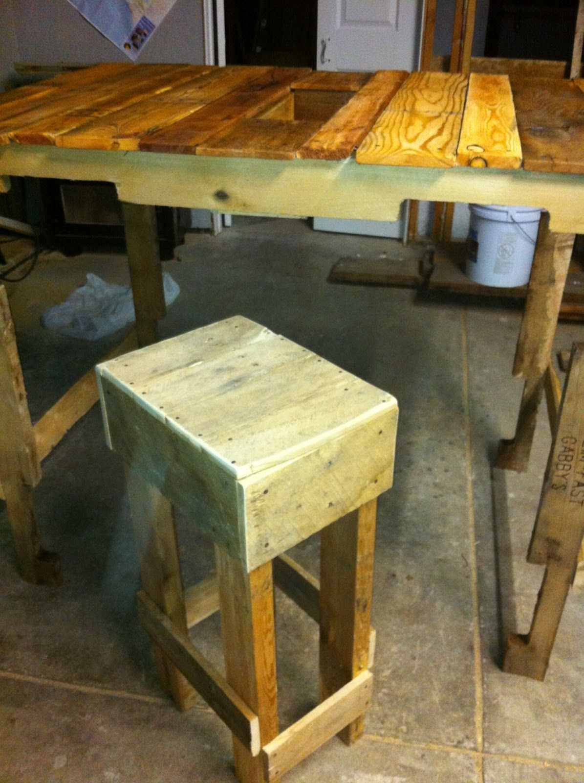 Probably the favorite of my pallet creations, this was my adaptation of the table created by the folks at Far Out Flora . Theirs is much mo...