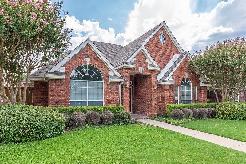 Rent This 3 Bedroom House Rental In Plano For 168 Night Has Parking And Internet Access Read Reviews And View 17 P House Rental House Styles 3 Bedroom House