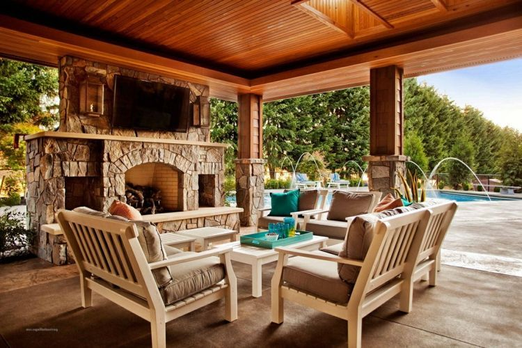 Terrassen Gestaltung Mit Kamin Und Hellen Gartenmobeln Wohn Idee