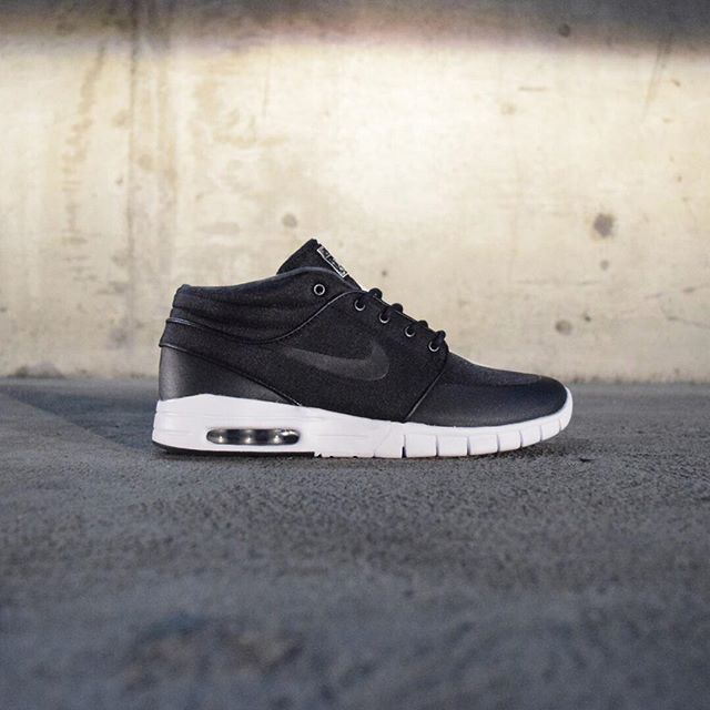 Keep your feet dry and comfortable this winter with the durable, water-resistant Nike SB Janoski Max Mids.