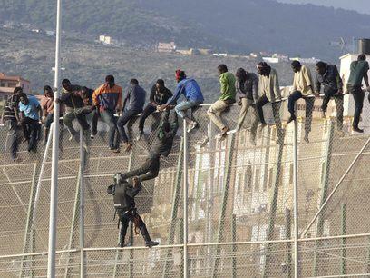 Pugna entre inmigrantes y fuerzas de seguridad en la valla