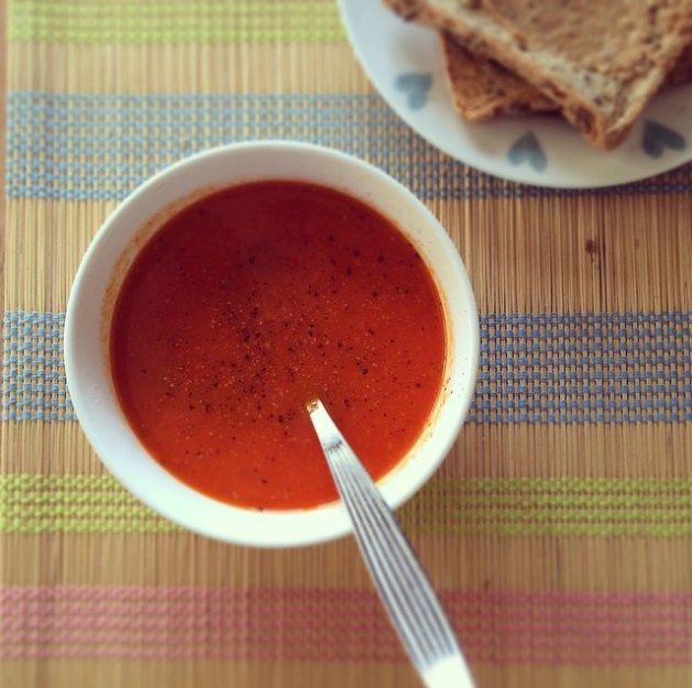 Homemade low-FODMAP soup with a side of peanut butter on toast 2 red peppers (capsicums) 1 orange pepper (capsicum) – not yet tested by Monash (if in doubt, use another red pepper) 4 salad tomatoes 1 tin chopped tomatoes A good shake of desiccated coconut 1 red chilli or a sprinkling of chilli flakes Up to 1600ml water (after adding the ingredients) 1 tsp garlic infused oil 2 tbsp balsamic vinegar Salt to taste