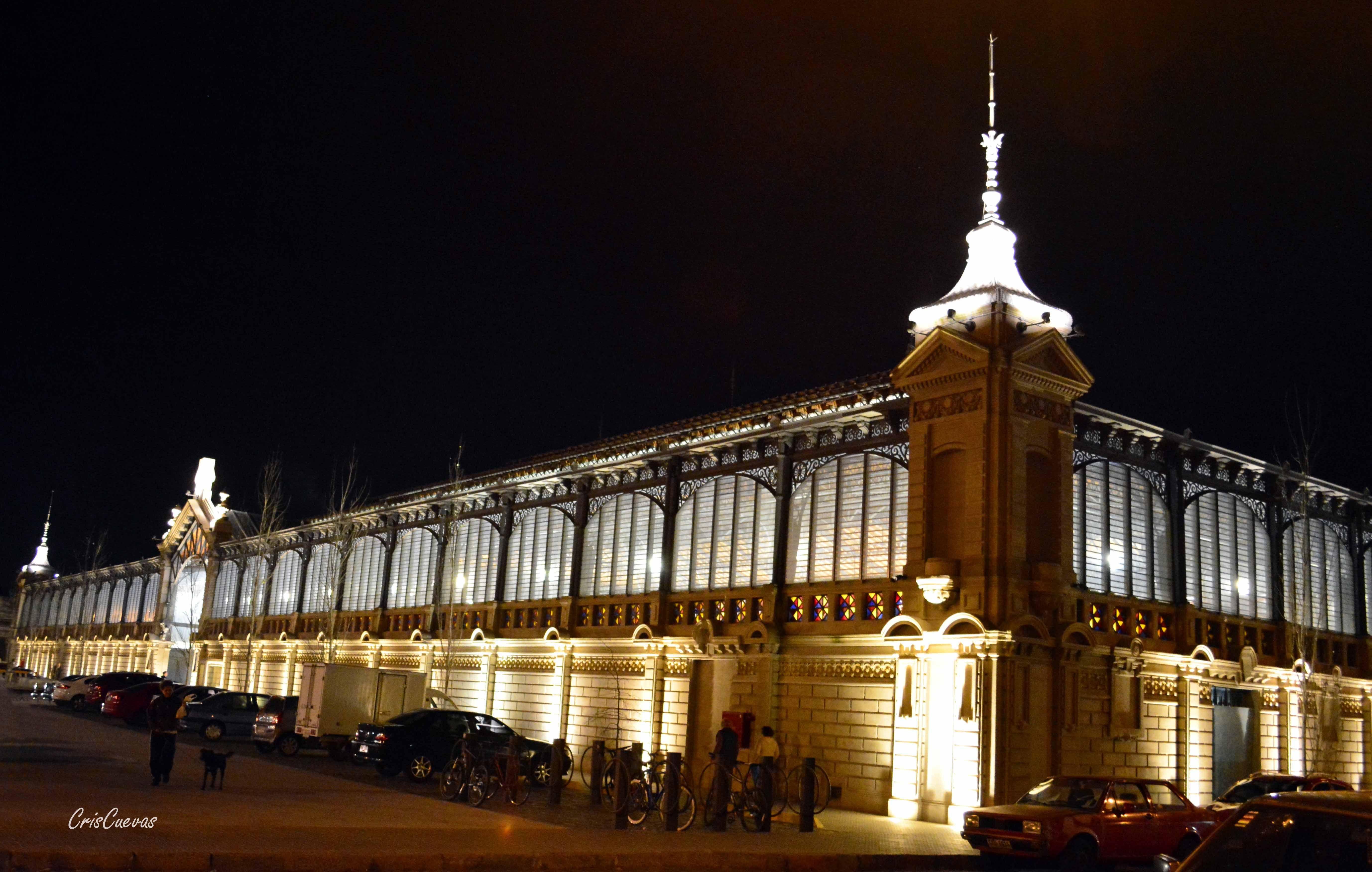 Mercado Agrícola de Montevideo en la noche.