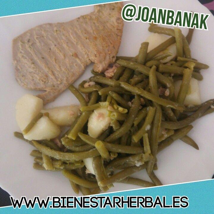 Hora de comer! Un plato variado y saludable combinando verdura y pescado. Patatas con judias verdes y atún fresco.   WWW.BIENESTARHERBAL.ES  #comer #comidasana #comidavariada #recetas #recetasfit #recetassaludables #nutricion #comida #judias #patatas #atun #pescado