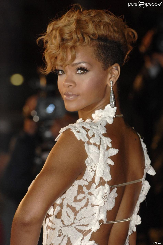 Rihanna en mode crête bouclée, un look au top pour la princesse de la Barbade | Rihanna ...